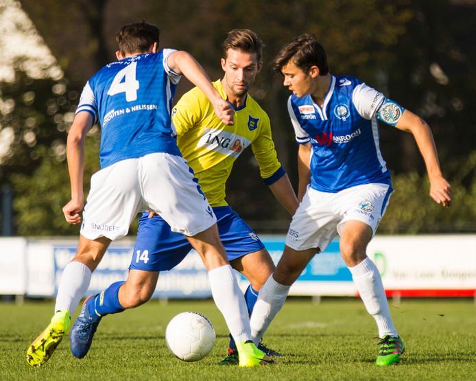 Jaap van der Waarden (Dongen, midden) speelt Same KErsten (links) en Mats Deijl (rechts) uit