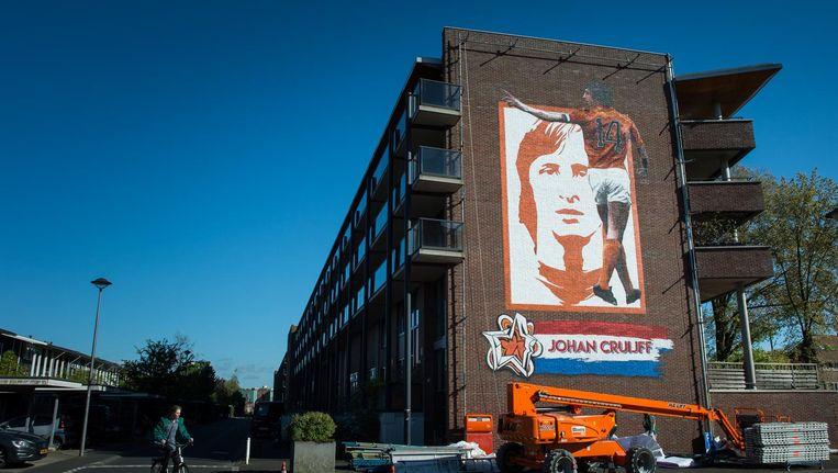 Muurschildering met de beeltenis van Johan Cruyff op de kruising Wembleylaan/Anfieldroad Beeld Mats van Soolingen