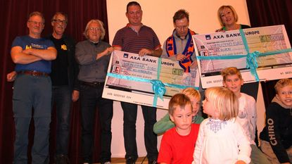 Pelgrims schenken geld aan school en voetbalclub