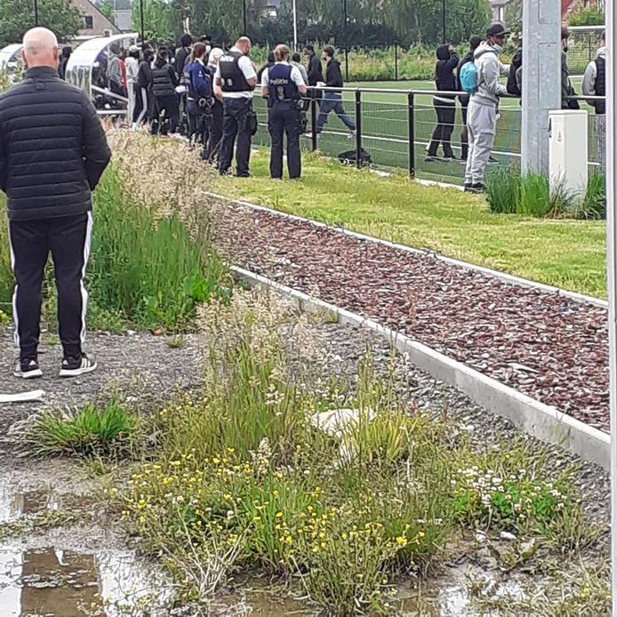De politie kwam ter plaatse op het voetbalveld van Schellebelle.