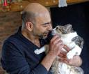 Ali Reza vindt troost bij de poezen van zijn verongelukte huisgenoten met wie hij een woning deelde aan de Rijksweg in Nuland.