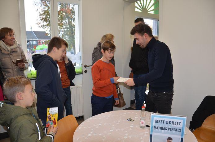 Feestelijke opening nieuw bibfiliaal Denderhoutem. De bezoekers konden in de nieuwe bib een handtekening sprokkelen of op de foto gaan met Mathias Vergels - Lowie Bomans uit Thuis.