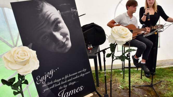"""Familie en vrienden eren verongelukte James (27), op zijn verjaardag: """"We moeten de herinnering aan hem levend houden"""""""