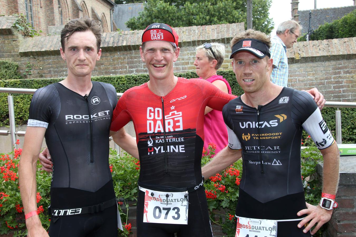 Favoriet Seppe Odeyn (midden) pakte in de crossduatlon van Westrozebeke de winst  voor Guust De Smul (l) en Kenneth Verdickt (r).
