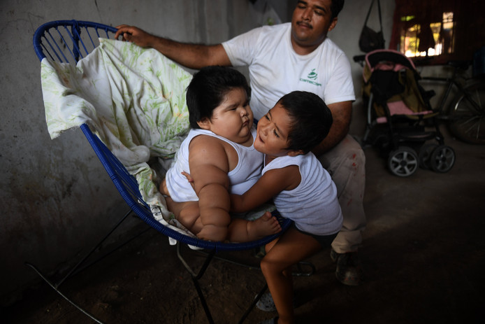 Broer Mario omhelst zijn 'kleine' babybroertje Luisito.