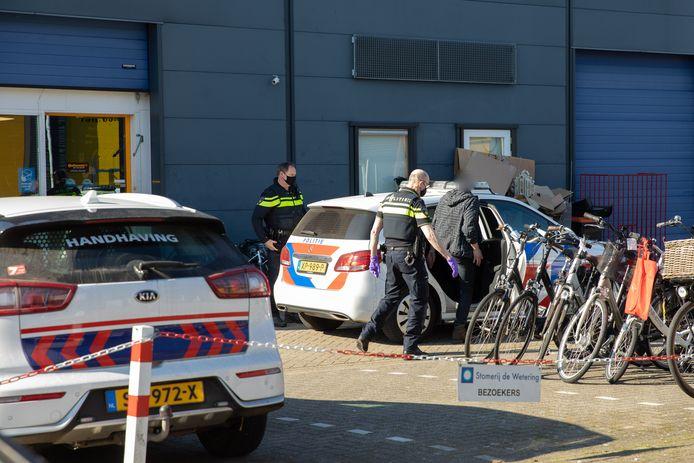 Bij onderzoek in een fietsenzaak in Soest is drugs aangetroffen. Er zijn drie mensen aangehouden.