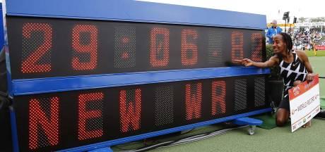 Sifan Hassan verpulvert in Hengelo wereldrecord op 10.000 meter: 'Met zware benen door jetlag'