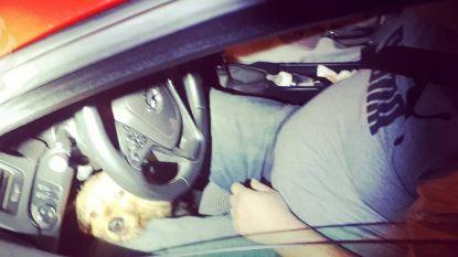 Dronken bestuurder raast politie voorbij met hond tussen zijn benen en loszittend kind aan boord