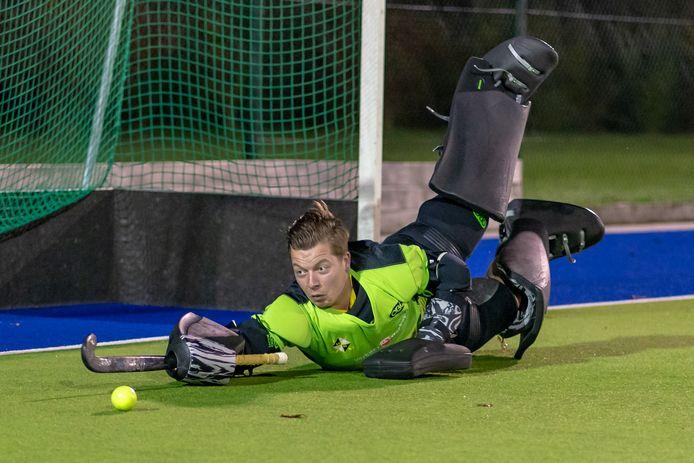 Tijmen Kuindersma in actie bij hockeyclub Overbetuwe in Elst.