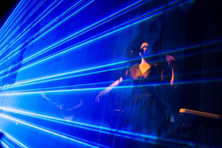 Noémie Wolfs tijdens een optreden in Leuven. Beeld Alex Vanhee