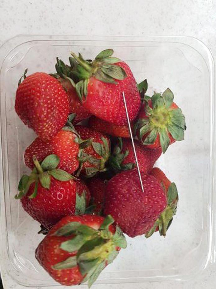 Een doos met aardbeien waar een naald in is gevonden.