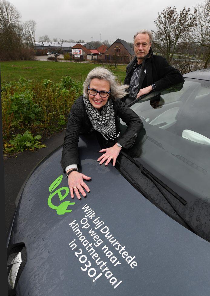 EWEC-voorzitter Henk Muis en bestuurslid Sarida van der Meer willen dat de opbrengsten van de zonnevelden ook ten goede komt aan de bewoners.