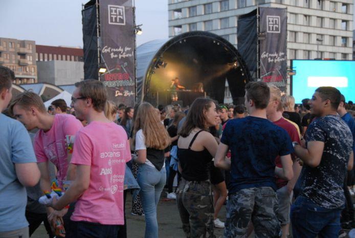 Zo was het een jaar geleden bij het INTRO Festival voor studenten in Den Bosch. Een volgepakt Residentieplein in het Paleiskwartier.