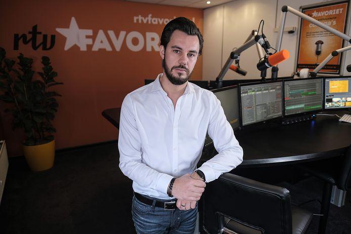 Joshua Eusman is in gesprek om de samenwerking van RTV Favoriet met RTV Arnhem en RTV Rheden te verbeteren.