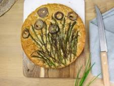 Wat Eten We Vandaag: Focaccia met bieslook, uienringen en asperges