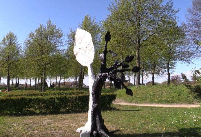 De Boom van Goed en Kwaad van kunstenaar Randell, in oorspronkelijke staat.