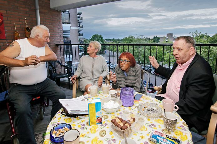Vier van de seniore bewoners van de Sterrebosflat in Oss op hun favoriete ontmoetingsplek