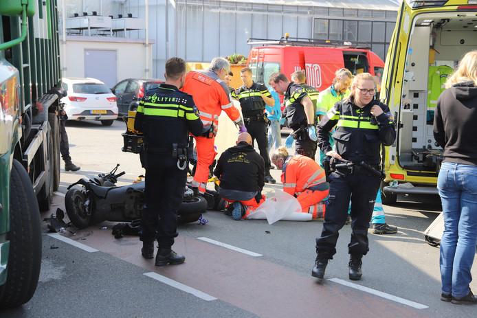 Op de Veenakkerweg in Den Hoorn raakte vanochtend een scooterrijder zwaargewond bij een aanrijding met een vrachtwagen