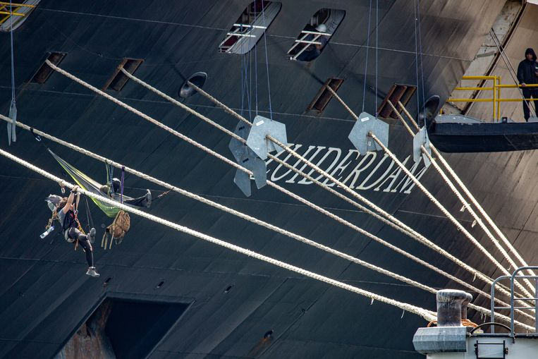 Actievoerders houden het cruiseschip bezet.