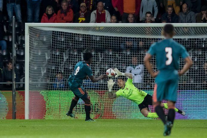 Keeper Hobie Verhulst stopt de penalty van Jong Ajax-speler Lassina Traore (l)