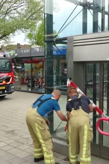 En weer is het raak in de horrorlift op station Meppel: brandweer moet vrouw bevrijden