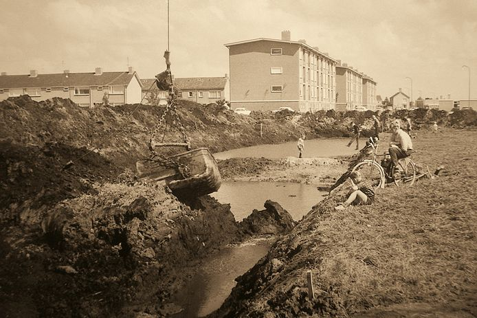 De bouw van de flats aan de Drostenstraat en de Erfgenamenstraat in IJsselmuiden.