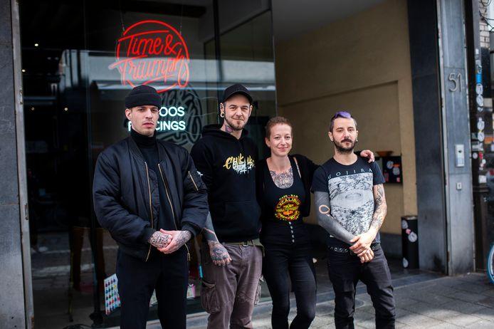 Ariane en Eddy (midden) met twee medewerkers in hun nieuwe tattooshop in de Hoogstraat.