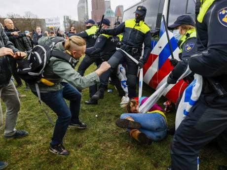 Vrijspraak voor man die agent met een paraplu sloeg, wel straf voor man die fiets naar agent gooide