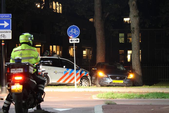 De auto werd klemgereden op de Oranjelaan in Harderwijk.