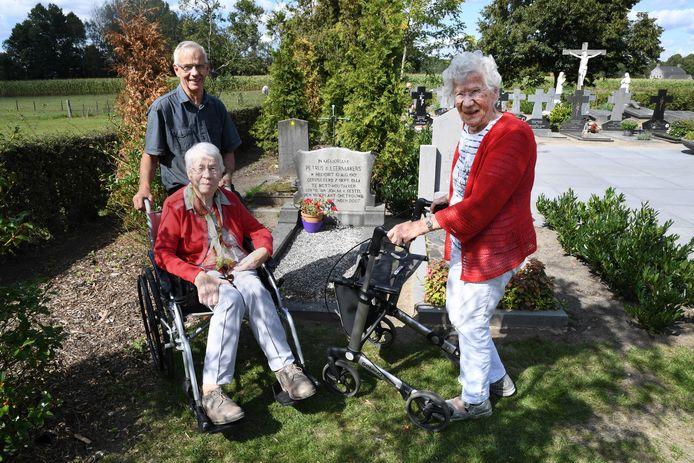 In 2019 poseerden drie kinderen van Piet Leermakers bij het oorlogsgraf van hun vader op het kerkhof van Biest-Houtakker. Van links naar rechts: Jan, Clasien (inmiddels overleden) en Gonny.