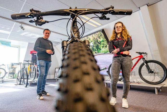 Daisy Goedhart en Paul Verschuren bewonderen de fiets (maar dan in een andere maat) waar Daisy al maanden met smart op wacht.