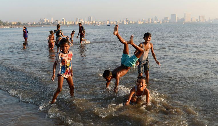 Kinderen spelen op het strand van Girgaon Chowpatty. Beeld null