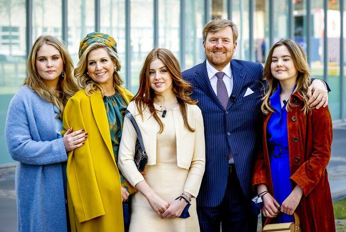 Koning Willem-Alexander en koningin Maxima poseren samen met hun dochters voor een groepsfoto bij vertrek. Het koninklijk gezin vierde de achtste editie van Koningsdag en de 53ste verjaardag van de koning in Eindhoven.