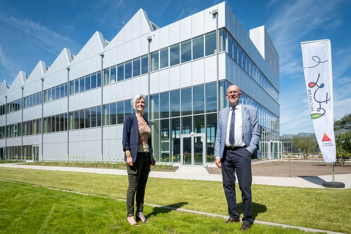 MECHELEN Directrice Kim Vervenne en gedeputeerde Luc Lemmens aan het STEM-gebouw van PTS Mechelen