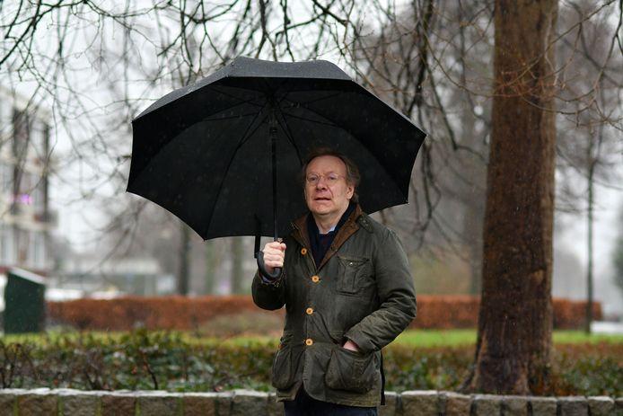 Schrijver Herman Stevens. Zijn roman Chateau Désir speelt deels in Twente, al komt de streek er niet best af. SV