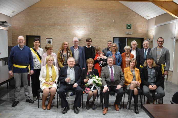 Lucien Carton en Georgine Verstaen met hun familie en het gemeentebestuur van Dentergem.