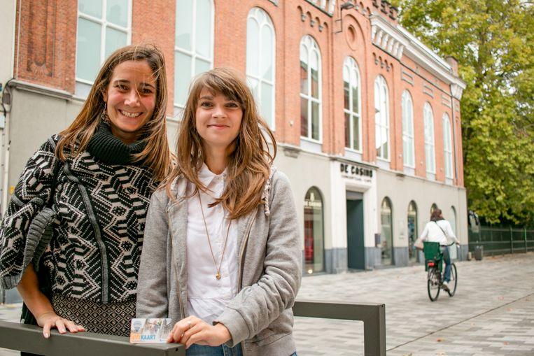 """Centrummanager Nele De Klerck en Ine De Jonge van concertorganisator De Casino: """"Niet alleen wordt het hierdoor nóg interessanter om te winkelen bij lokale handelszaken, maar het brengt ook potentieel nieuwe bezoekers naar de concertzaal."""""""