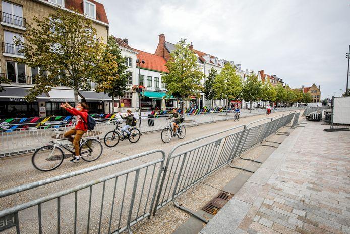 Op de aankomstzone van de tijdrit in Brugge, waar je vanuit een grote tent de renners kan zien finishen, wanen deze jongeren zich even Wout van Aert en Remco Evenepoel.
