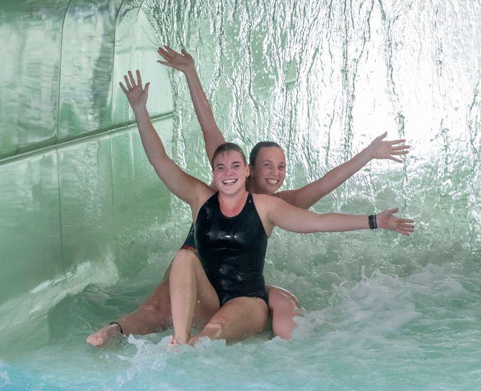 De nieuwe wildwaterbaan is de grote attractie van Bosbad Putten. Whitney Hulleman (l) en Sanne Tomassen proberen de attractie alvast uit.