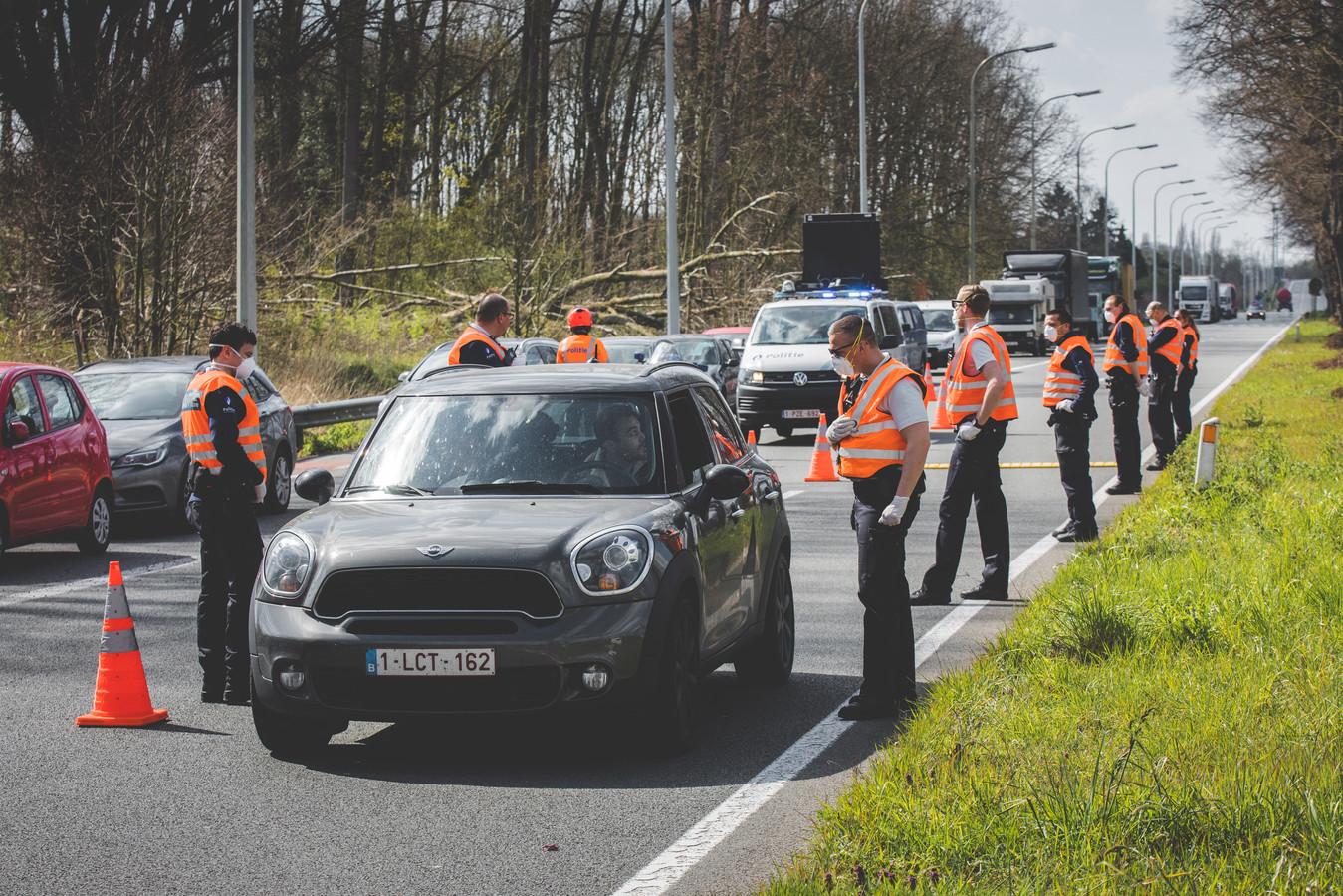 Controle op 'niet-essentiële verplaatsingen' in april aan de Drongensesteenweg.