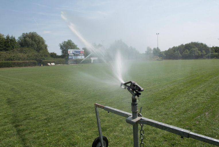De stad besproeit de voetbalvelden met Scheldewater.