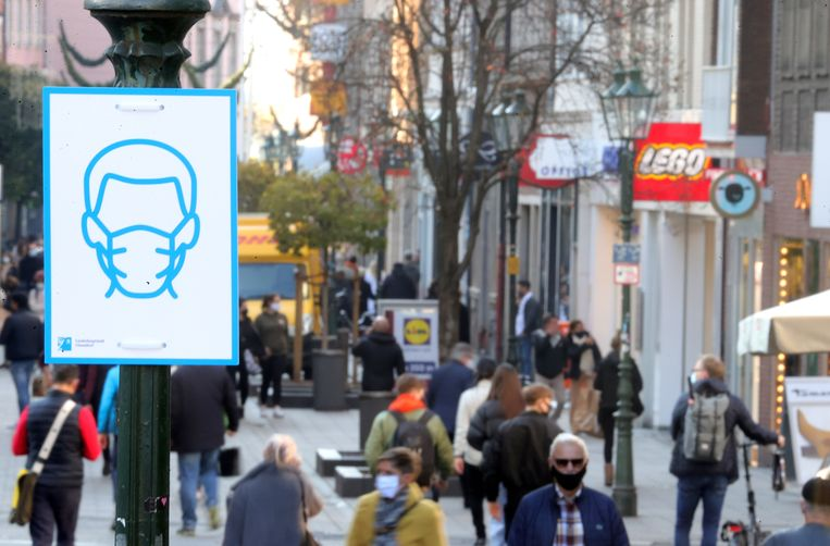 Mondmaskers zijn verplicht in het centrum van Düsseldorf. Beeld EPA