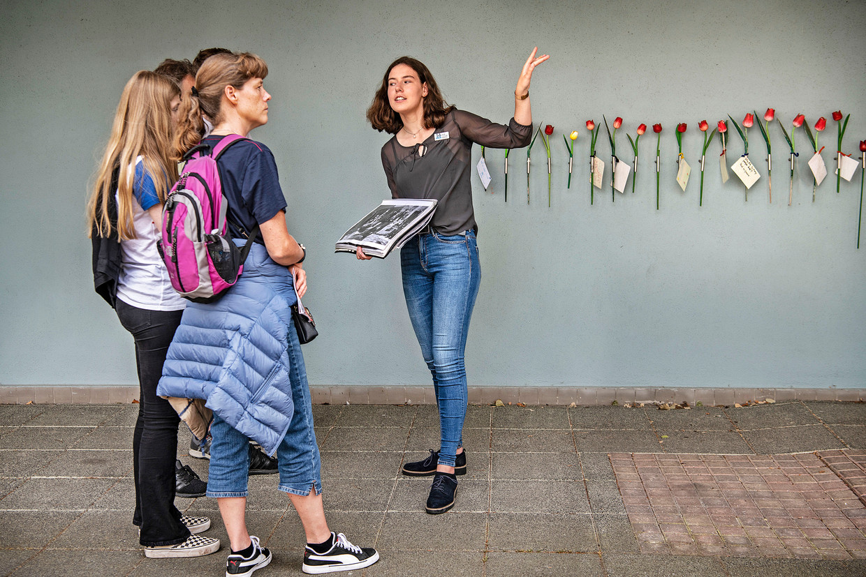 De Duitse Saskia Rummenie geeft uitleg aan Deense toeristen over de geschiedenis van de Hollandse Schouwburg in Amsterdam. Beeld Guus Dubbelman / de Volkskrant