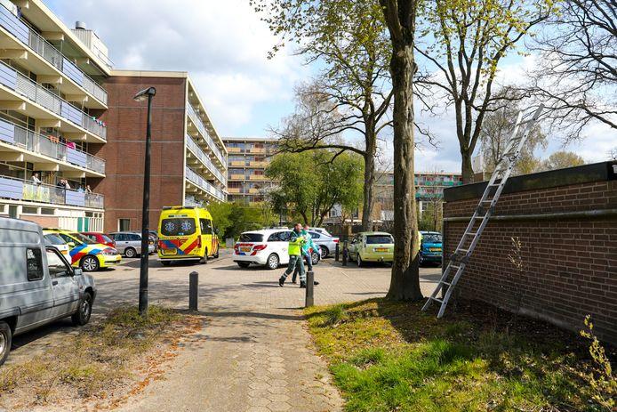 Na een valpartij van het dak (rechts) in Apeldoorn rukken de hulpdiensten massaal uit; ook een traumahelikopter komt ter plaatse.