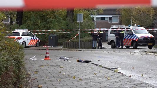 Agenten hebben woensdagochtend een 48-jarige vrouw neergeschoten die voertuigen aan het vernielen was tegenover een basisschool in Alkmaar. De vrouw is inmiddels overleden.