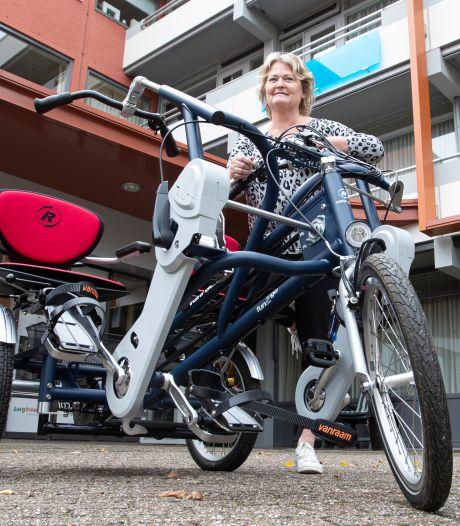 Duofietsen bij verzorgingstehuizen in Hellendoorn: 'Echte aanwinst om ouderen achter de geraniums vandaan te halen'