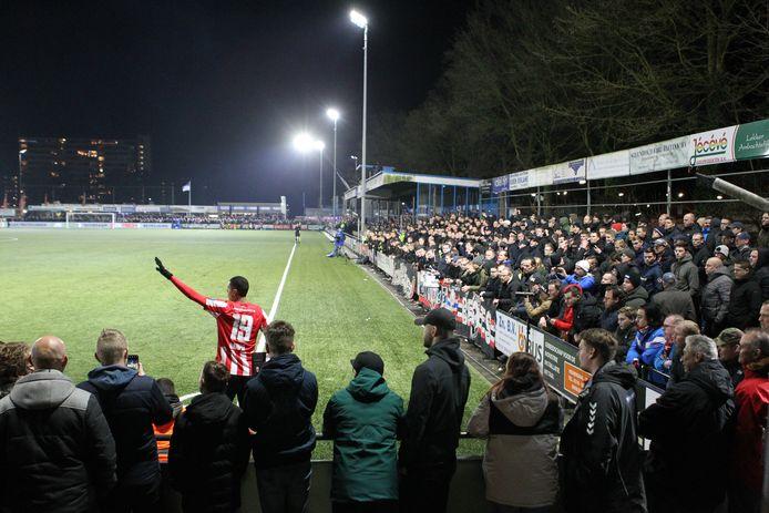 Dit gaat niet meer: veel fans moedigen in Veenendaal GVVV aan in het bekerduel met PSV.