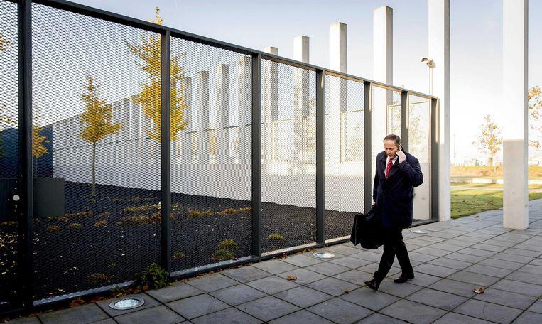Advocaat Geert-Jan Knoops komt aan bij de rechtbank op Schiphol voor de zaak Wilders. Beeld null