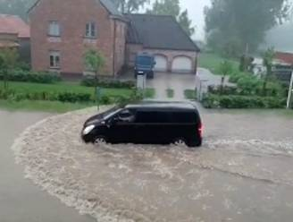 """Straten staan onder water, maar toch willen sommigen bestuurders doorrijden: """"Ja panne! Het is gedaan, zijn uitlaat"""""""