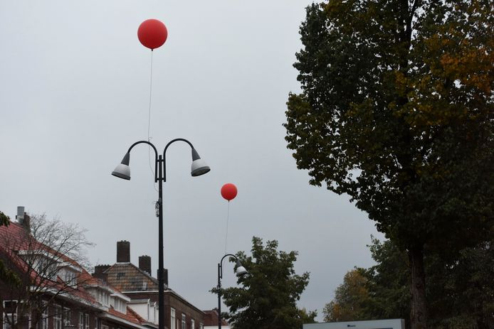 Op veel plekken in Eindhoven zijn dinsdag rode ballonnen opgehangen. Een actie van Glow?